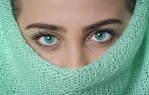 model-1525629_640 顔を隠す女性 ベール