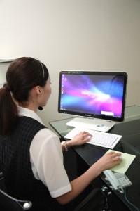 b96e9c0c412c8e40af2c7ca21c041ed2_s パソコン PC オフィス 仕事をする女性