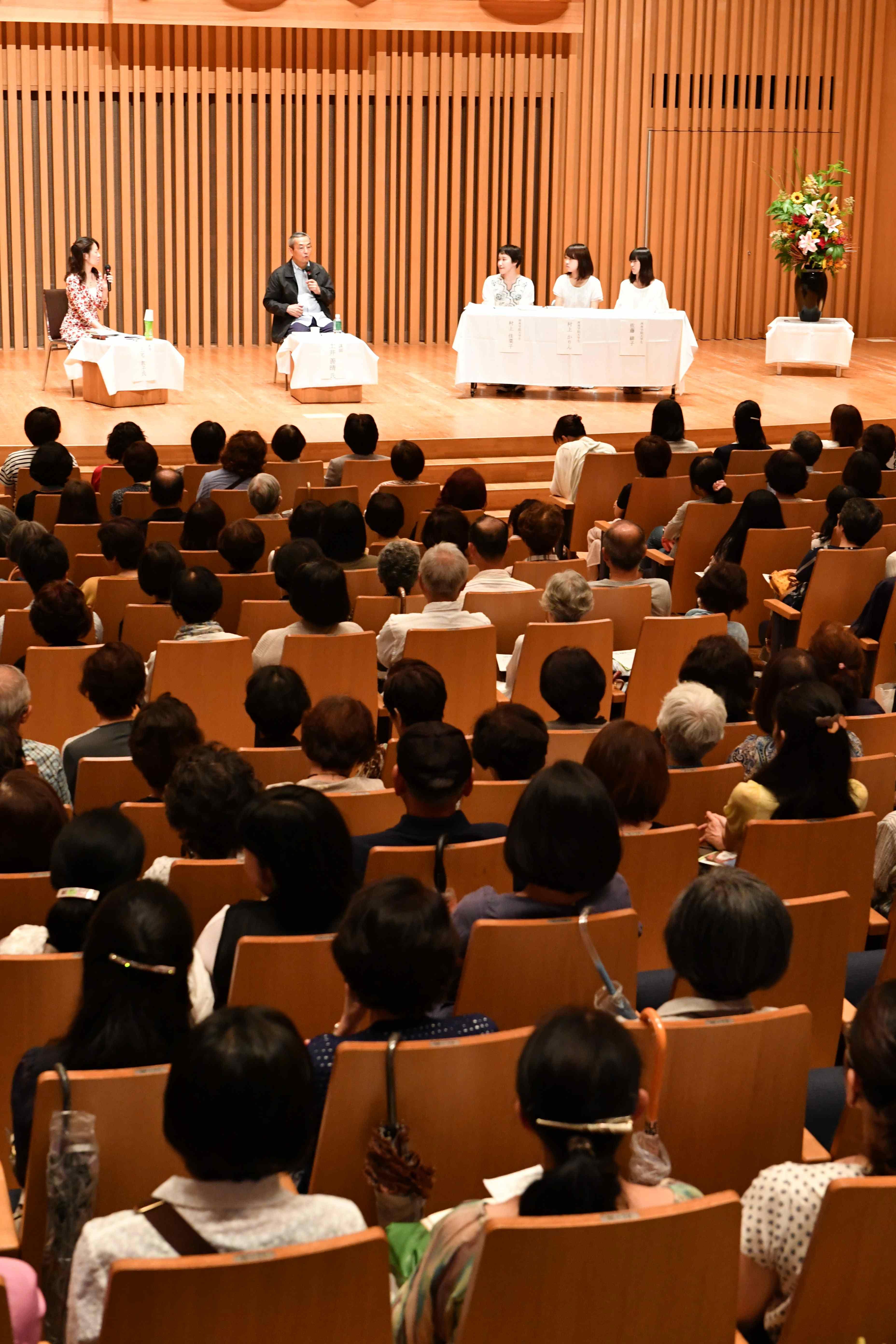 女子学生らに日本文化の奥深さを語る土井さん(西南学院大学チャペルホール)