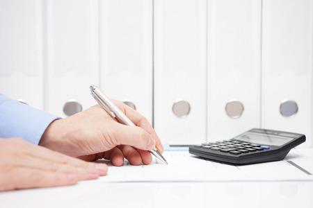 副業で複数の所から給与をもらっている人の年末調整はどうするの?