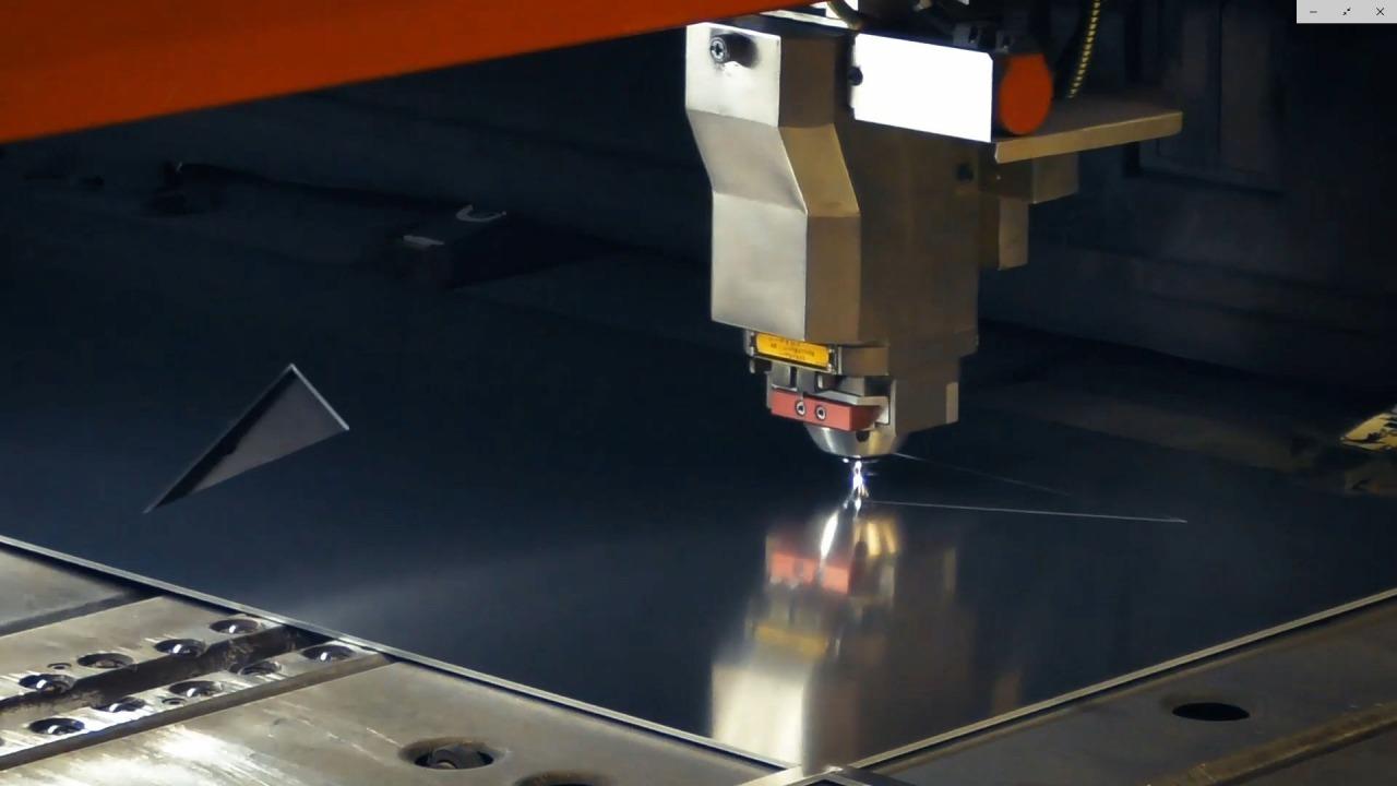 レーザーカッターによる鋼板パネルの加工