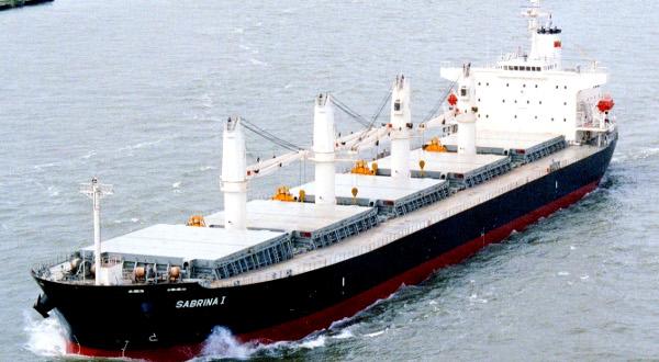 比較の為に出した貨物船の写真