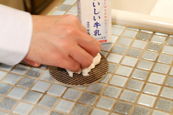 ロボフロアーにこぼした牛乳をティッシュで拭き取っている写真