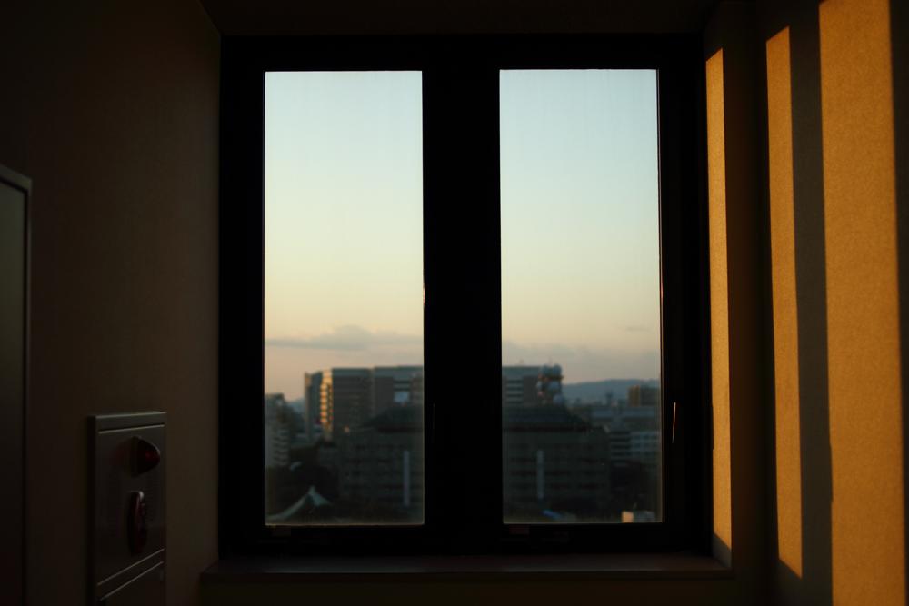 夕焼けの窓の写真