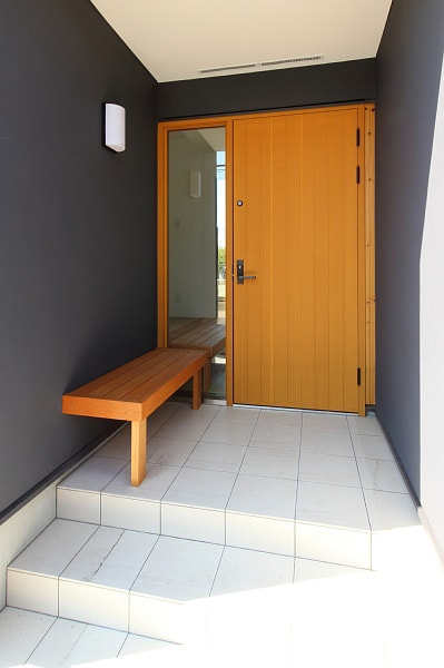ベンチのある玄関1