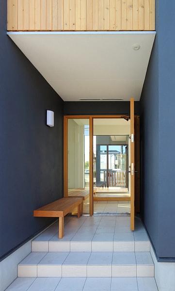 ベンチのある玄関2