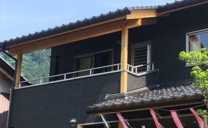 大屋根とバルコニー-min