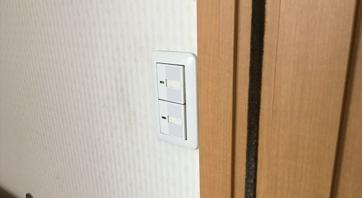 トイレの電気スイッチがドアの内側にある
