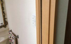 トイレの電気スイッチの場所