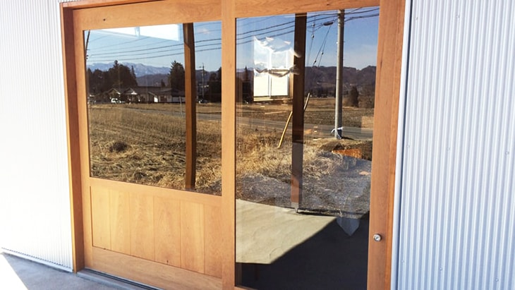 ショップ入口のドア窓に「強化ガラス (5mm)」を設置した事例