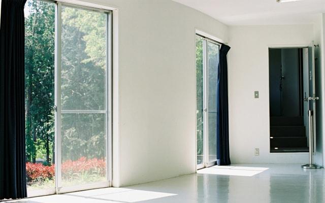 掃き出し窓を設置した開放感ある部屋