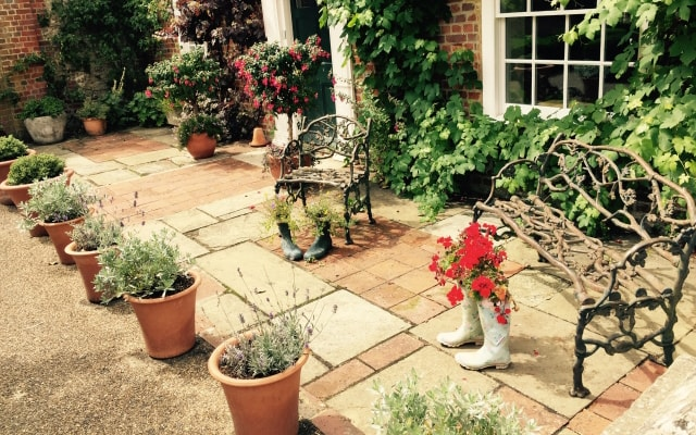 石畳を敷いた中庭の例