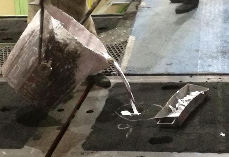 溶融金属を型に流し込む工程「注湯」