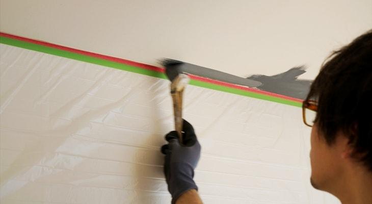 脚立にのって、天井に塗っています