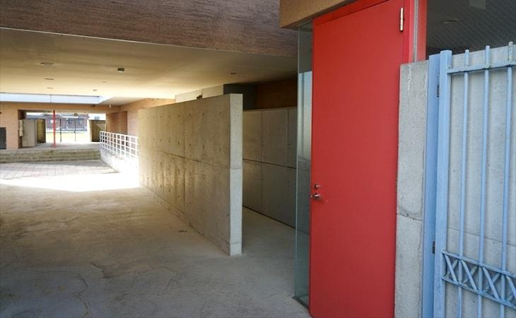 デザイナーズマンションの赤いドア
