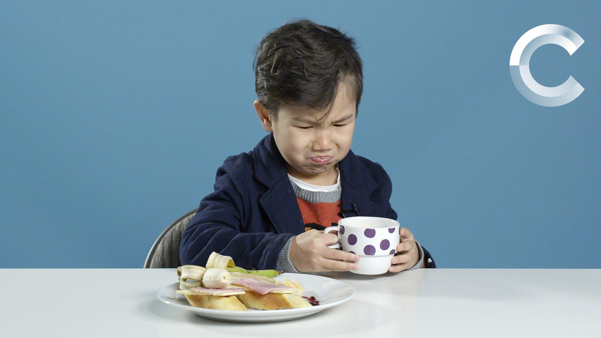死んだ魚が浮いてる…アメリカの子供が世界中の朝食を食べてみた