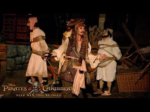 「新作映画公開記念、ディズニーランドにジャック・スパロウ現る!」- Johnny Depp Surprises Fans as Captain Jack Sparrow at Disneyland!