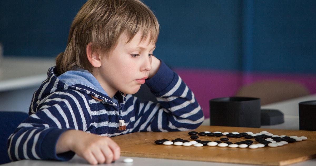 「先読みの力」や「集中力」が身につく。小学校で囲碁の授業が急増している理由とは?