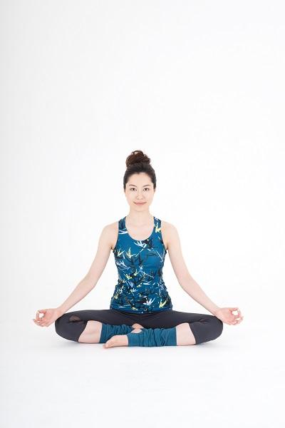 ひざを曲げて、右のかかとが左足のつけ根に、左のかかとが右足の甲にあたるように引き寄せる。