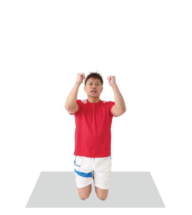 肘を振り上げる