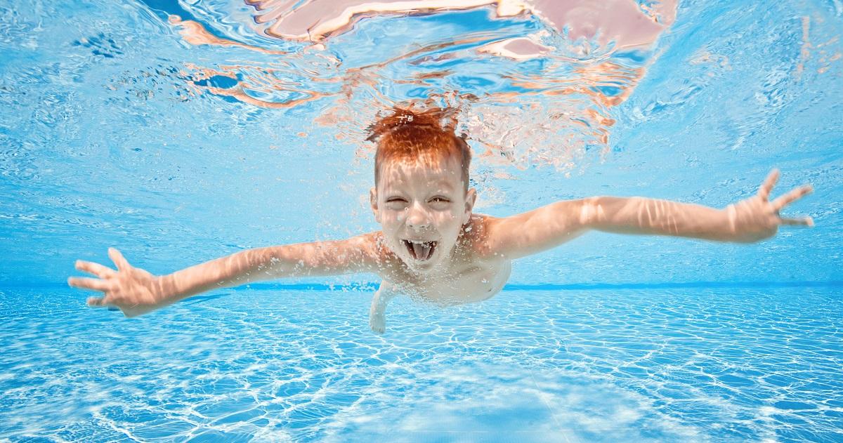 「泳げないとかわいそう」って本当? 小学3年生で泳げない子の割合が急に減少する理由
