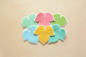 さまざまな色の葉っぱコースター
