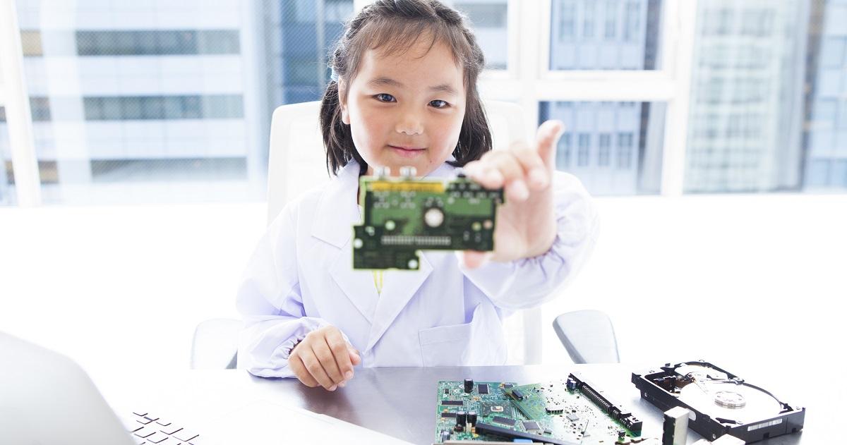 国際的にみた日本の子どもの学力レベルは高いのか? 理数系科目好きの子どもが増えている理由とは。