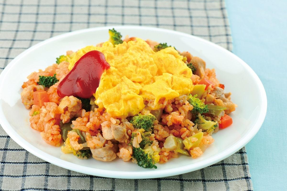 ゴロゴロ鶏肉と野菜が決め手の「ボリューム満点オムライス」レシピ2