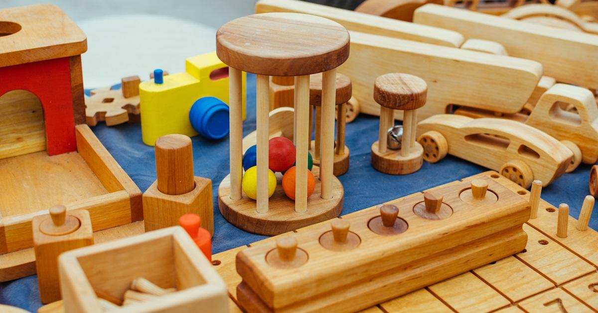 「木のおもちゃ」が知育におすすめな理由。五感を刺激し、集中力を育んでくれる!