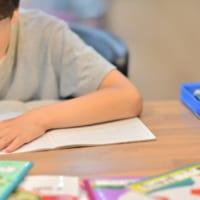 国語辞典、30cm定規、鉛筆削り、九九の表……子どもの勉強道具はどこに置くのが正解か?