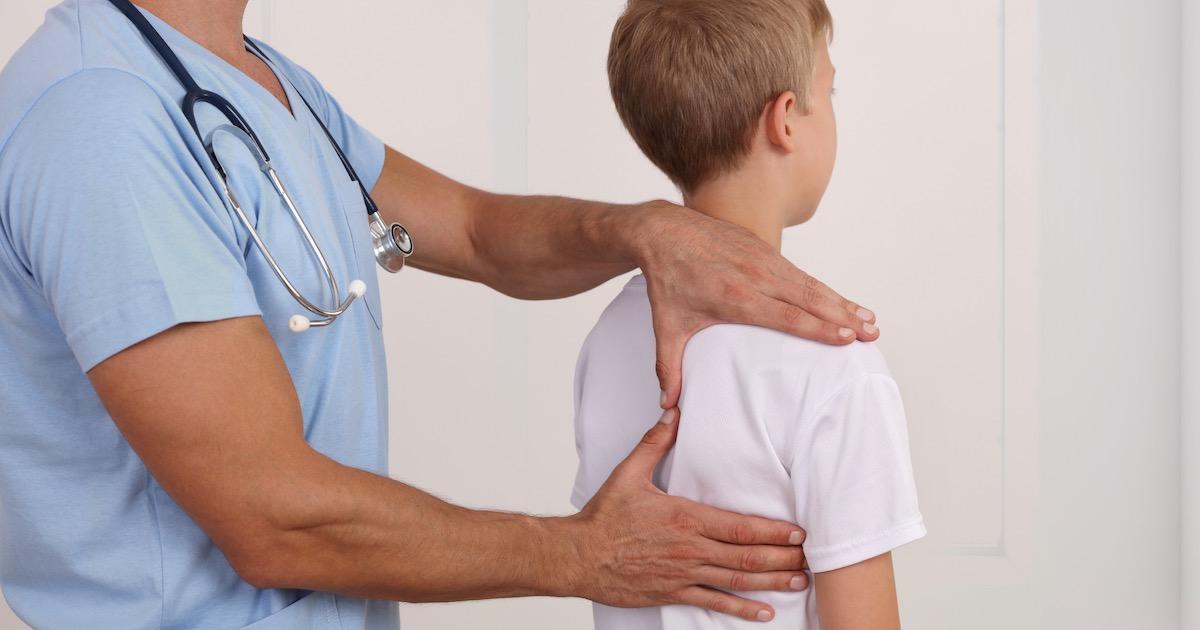 姿勢が悪いと判断力や集中力に悪影響! 子どもの姿勢をよくするための3つのコツ