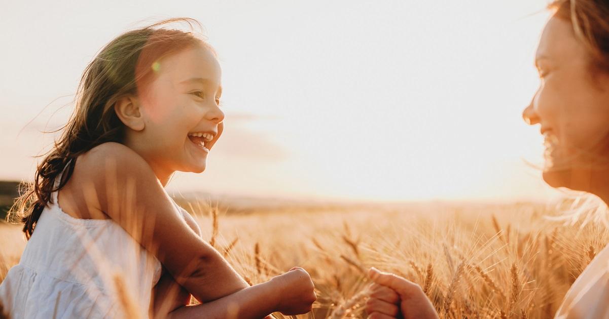 たくさん笑う子どもには力強い人生が待っている。「親の笑顔」が子どもの脳に与える影響