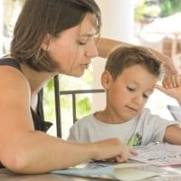 """夏休みの宿題を手伝う親が子どもから奪っている力。小学校の先生は """"ココ"""" を見ています!"""