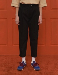[UNALLOYED] CROP PANTS / BLACK