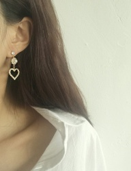 [cheezesalt] CREAM HEART EARRING