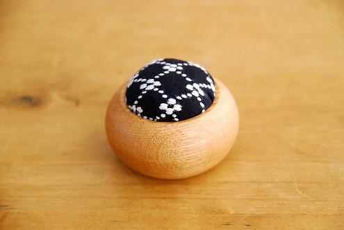 倉敷意匠/遊佐刺し子/丸型ピンクッション(黒・花つなぎ刺し)の商品写真
