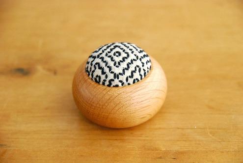 倉敷意匠/遊佐刺し子/丸型ピンクッション(白・柿の花流れ刺し)の商品写真