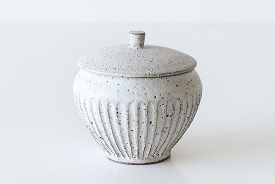 飯高幸作/ふた付きポット 白(しのぎあり)の商品写真