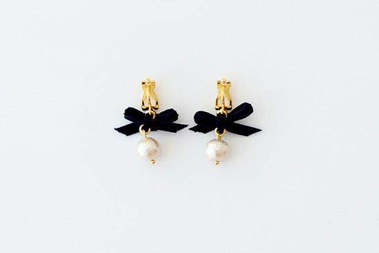 petite robe noire/プティローブノアー/ベルベット ネイビーリボン イヤリングの商品写真