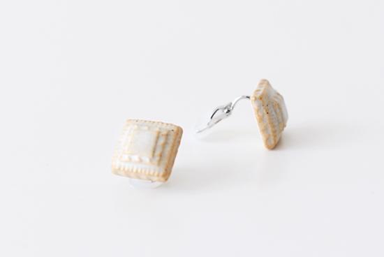 川名 萌子/陶器のイヤリング/四角(オフホワイト)の商品写真