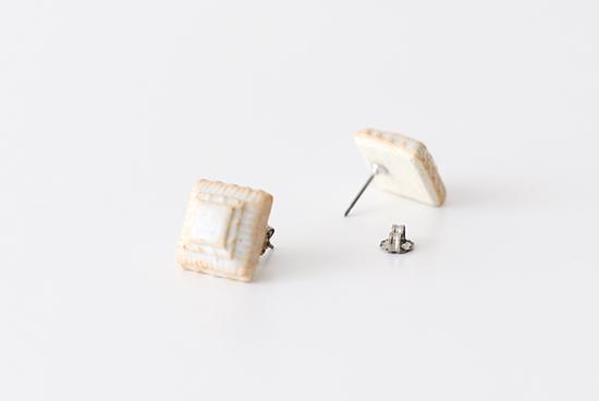 川名 萌子/陶器のピアス/四角(オフホワイト)の商品写真