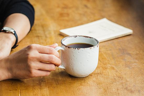 「喫茶店じかん」のマグカップ(ブラウン)/KURASHI&Trips PUBLISHING × 飯高幸作の商品写真
