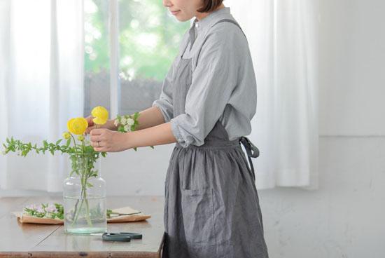 【次回入荷未定】リネンのエプロンワンピース(グレー)/KURASHI&Trips PUBLISHINGの商品写真