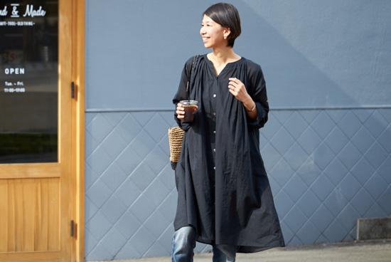 【5/26(金)20:00再入荷】「表情を生むヒミツの仕立て」3WAY後ろさがりギャザーワンピース / KURASHI&Trips PUBLISHINGの商品写真