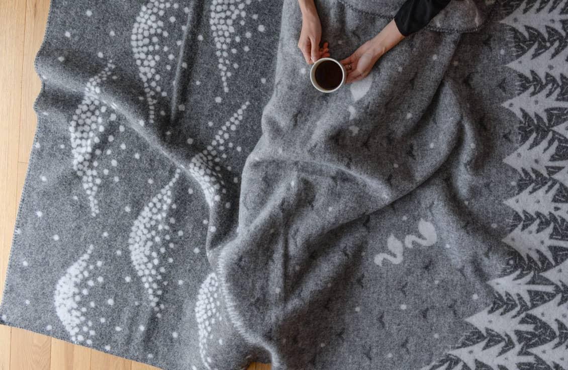 【数量限定】クリッパン×mina perhonen/ブランケット/LAKE IN THE VALLEY(グレー)の商品写真