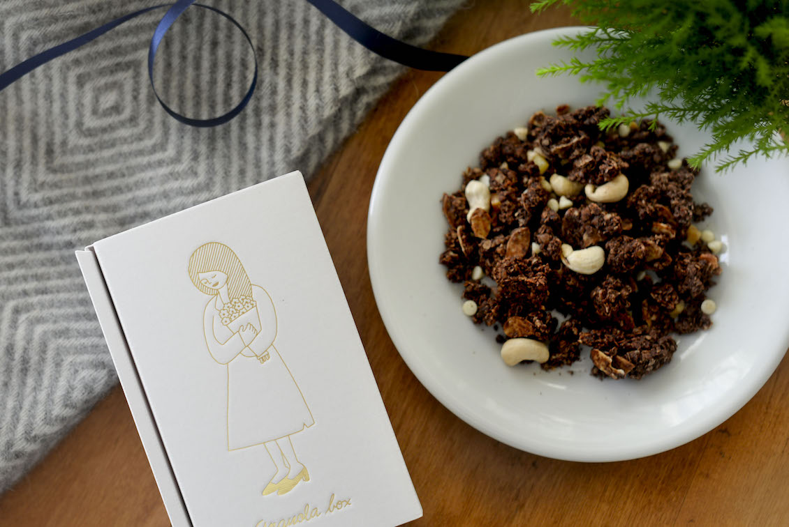 「ほろ苦くて甘い、特別なおやつ」オレンジピールとホワイトチョコのココアグラノーラの商品写真