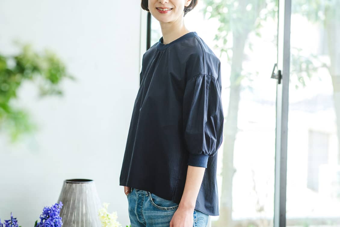 【3月中旬から下旬入荷予定】「洗いざらしがマイルール」2WAYトップス(ネイビー)/香菜子×KURASHI&Trips PUBLISHINGの商品写真