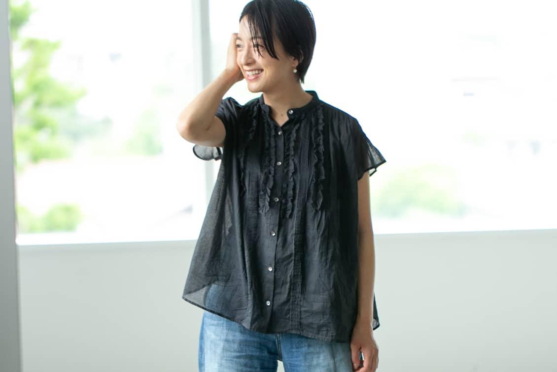 【今季終了】「夏のわたしの定番に」風をはらむピンタックブラウス(ブラック)/KURASHI&Trips PUBLISHINGの商品写真