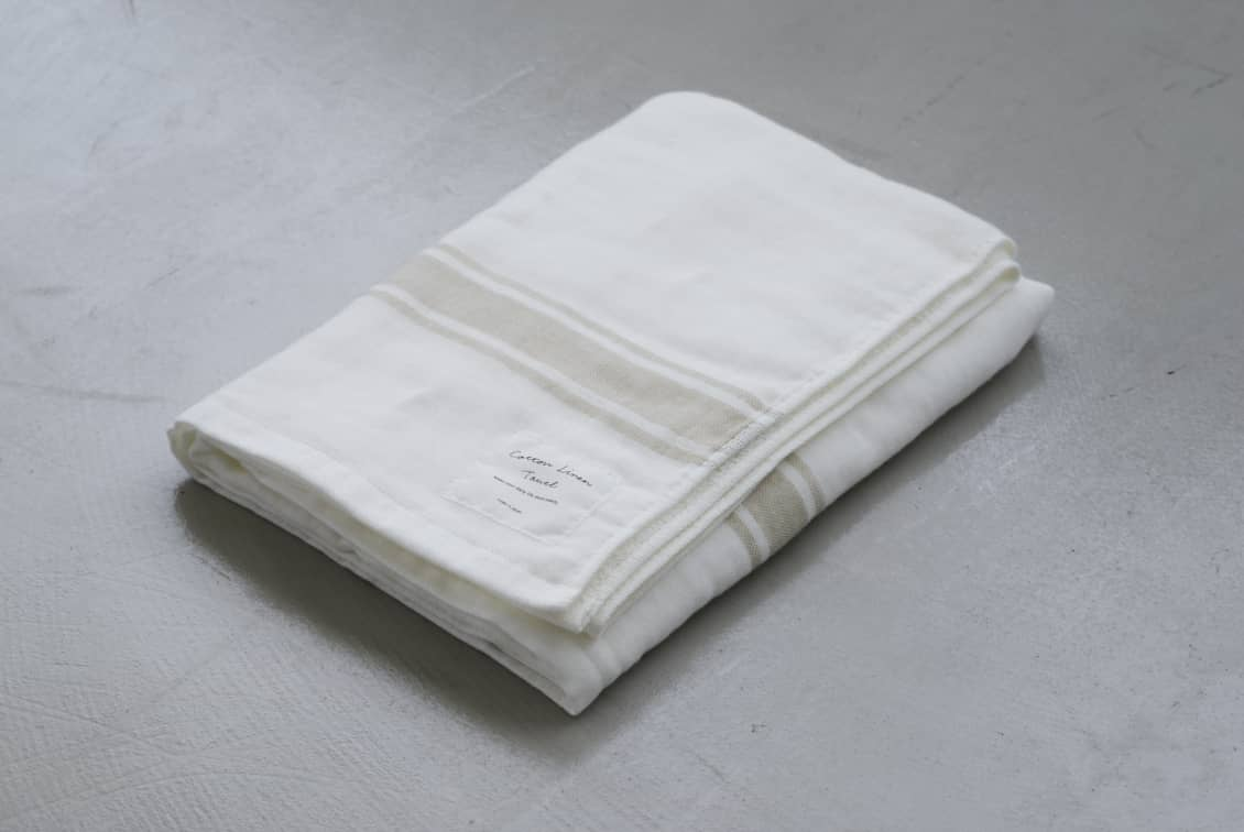 さらりと心地よい、コットンリネンのバスタオル(ホワイト×ベージュ)/KURASHI&Trips PUBLISHINGの商品写真