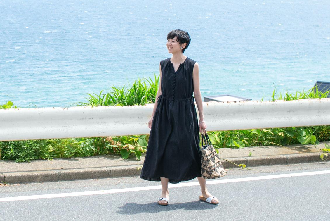 【今季終了】「旅の気分に着がえよう」くしゅっと丸めてOK!ロングワンピース(ブラック) / KURASHI&Trips PUBLISHINGの商品写真